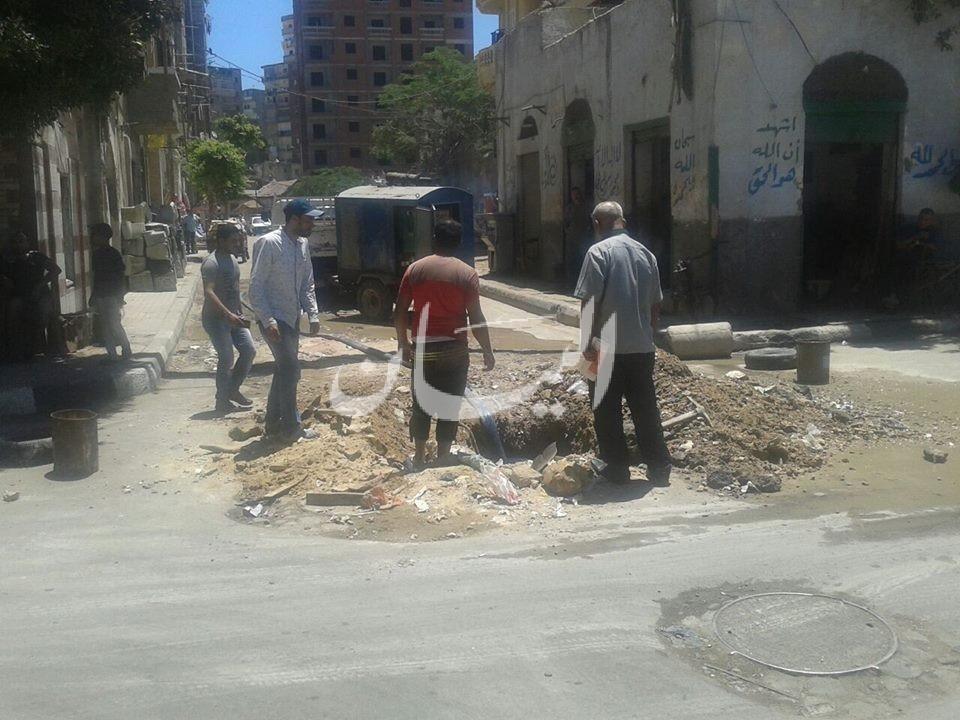 اصلاح كسر بمواسير المياه بتقاطع شارع الجزائر بحى الجمرك بالاسكندرية