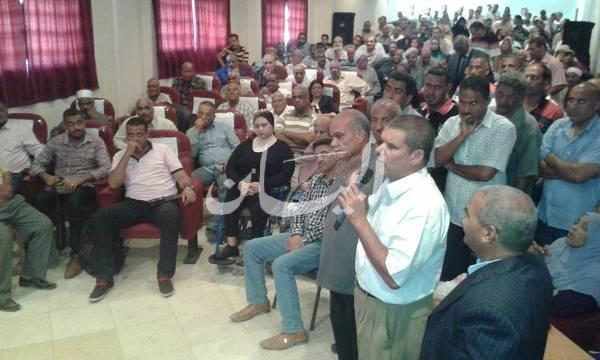 أحد الحضور يناقش مطلب عودة الصيادين المحتجزين فى السودان