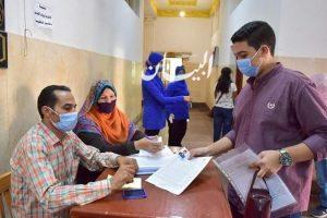 رئيس جامعة بنى سويف توقيع الكشف الطبي على 600 طالب وطالبة من طالبه.