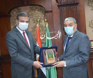 رئيس البنك الزراعي المصري يبحث تعزيز التعاون في مشروعات التنمية الزراعية بمحافظة المنيا .