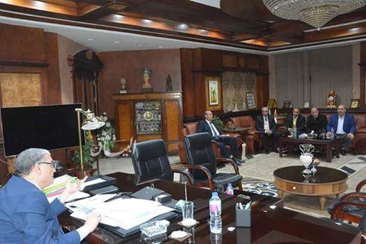 محافظ المنيا يتابع مع رؤساء المراكز عددا من الملفات بالقطاعات الخدمية