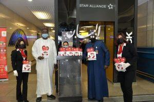مصرللطيران تحتفل مع عملائها في مطار القاهرة بمناسبة عيد الحب.