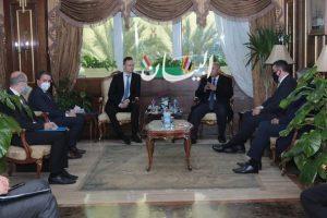وزيرا النقل المصري والخارجية والتجارة المجري يبحثان التعاون في مجال تصنيع 200 عربة نوم جديدة