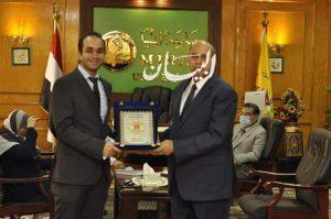 """رئيس جامعة المنيا يُكرم الحاصل على جائزة """"نيوتن مشرفه 2020"""" بــ"""" صيدلة المنيا"""