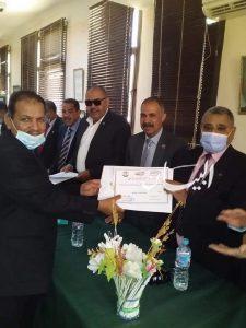 النيلى : يكرم مجموعة من المعلمين للمشاركة الفعالة فى تزيين وتجميل المجمع الإسلامى بالداخلة