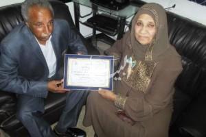 فكاهه حسن تتسلم شهادة تقدير من نائب رئيس مركز دشنا أ. فخرى الصاوى